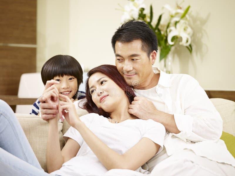 Père asiatique et fils de mère appréciant une causerie photographie stock libre de droits