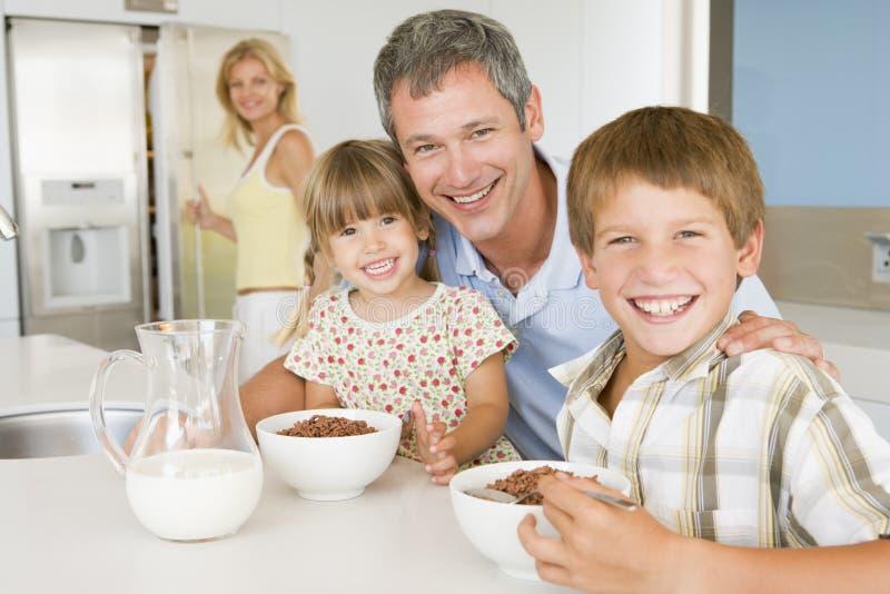 Père avec des enfants comme ils mangent le déjeuner images libres de droits