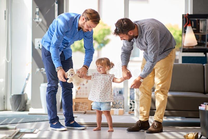 Père avec l'enfant dans le magasin pour le ménage image stock