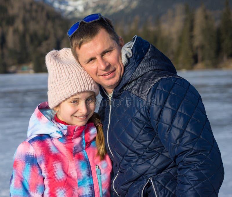 Père avec la fille appréciant des vacances d'hiver photographie stock
