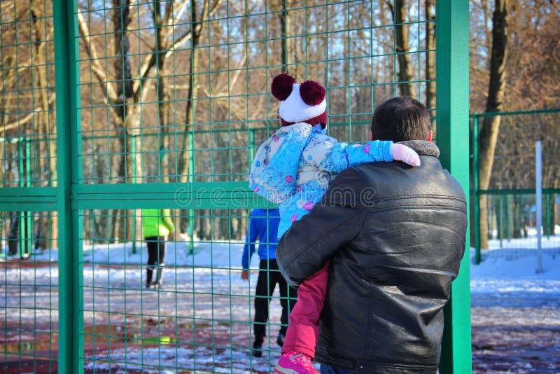 Père avec le football de observation d'enfant images libres de droits