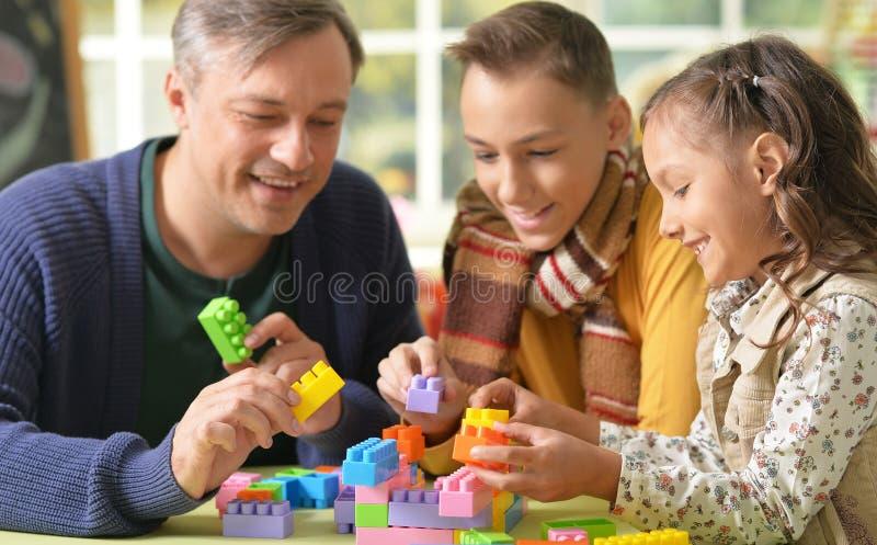 Père avec le jeu d'enfants images libres de droits