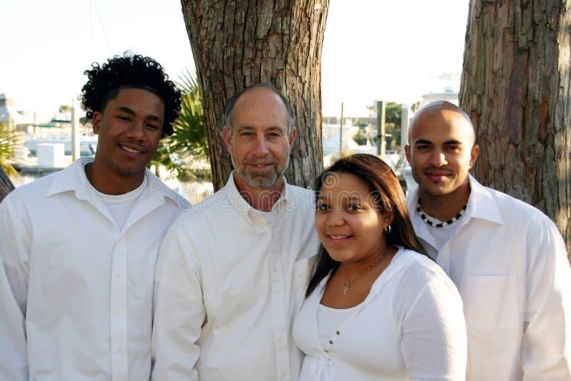 Père avec les enfants adoptés de chemin mélangé photos libres de droits