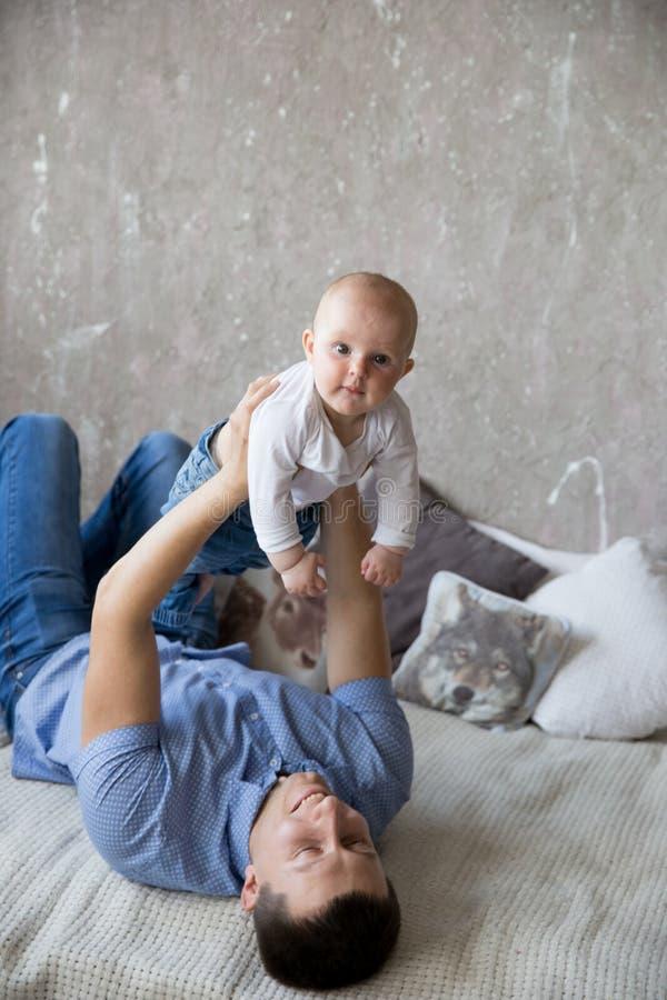 Père caucasien et fille se trouvant sur le lit image stock