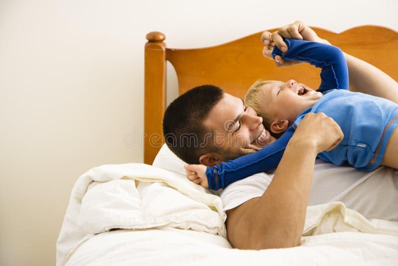 Père chatouillant l'enfant. photos libres de droits