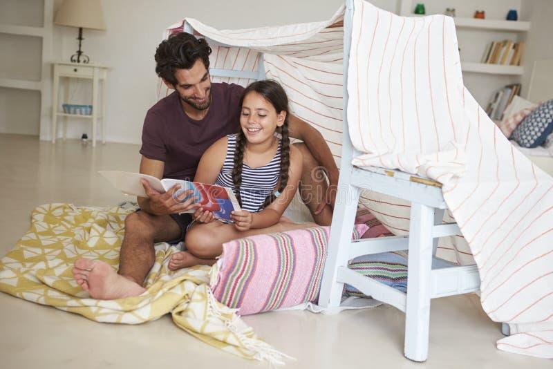 Père And Daughter Playing à l'intérieur dans le repaire fait à la maison images stock