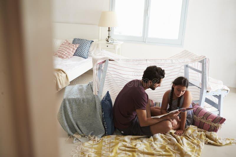 Père And Daughter Playing à l'intérieur dans le repaire fait à la maison image libre de droits