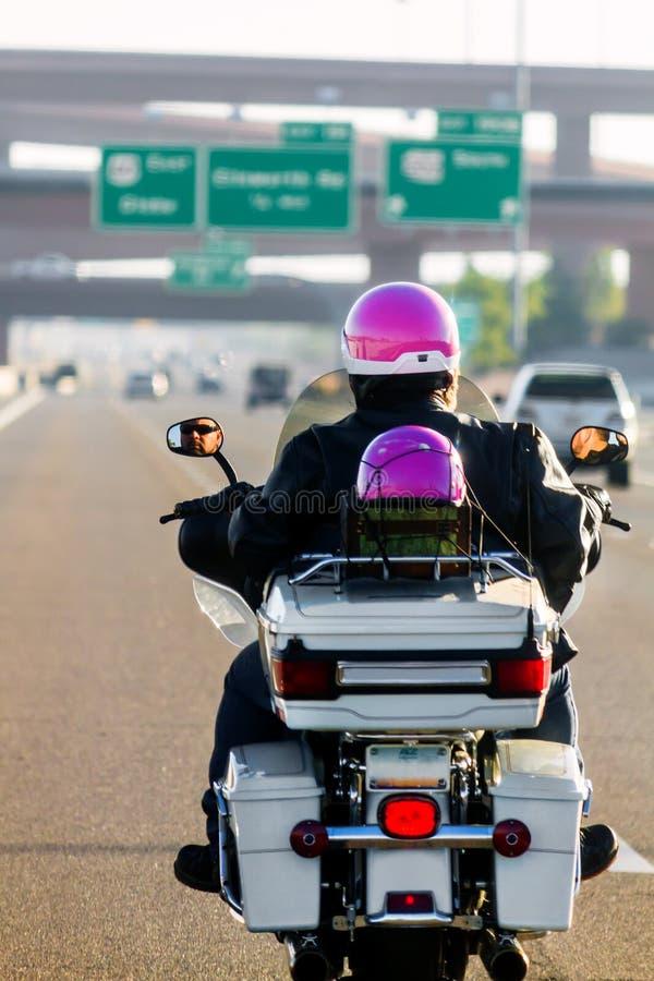 Père Daughter Riding Motorcycle sur l'autoroute photographie stock libre de droits