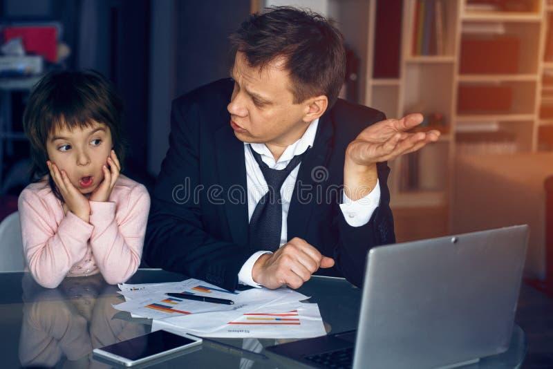 Père de aide de fille travaillant à la maison photos stock