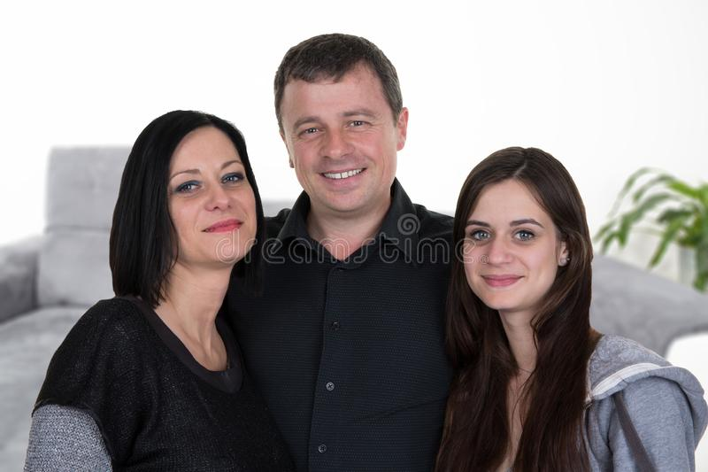 Père de mère de famille et fille à la maison d'adolescent dans la maison photographie stock libre de droits