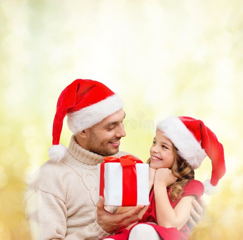 Père de sourire donnant le boîte-cadeau de fille image stock