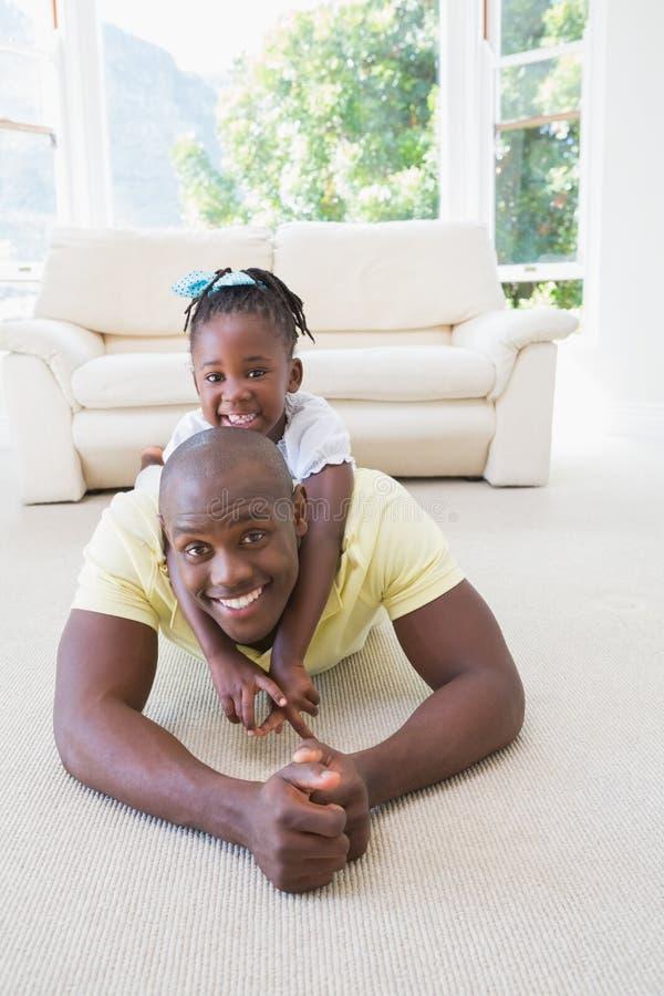 Download Père De Sourire Heureux Avec Sa Fille Image stock - Image du demeure, durée: 56485295