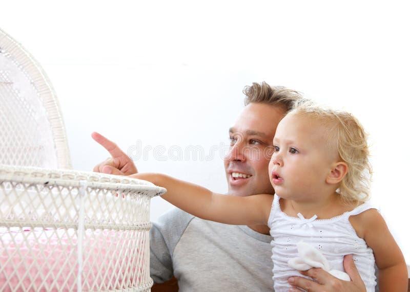 Père de sourire montrant la huche de fille de bébé images libres de droits