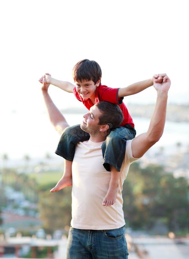 père donnant son fils de ferroutage photographie stock libre de droits