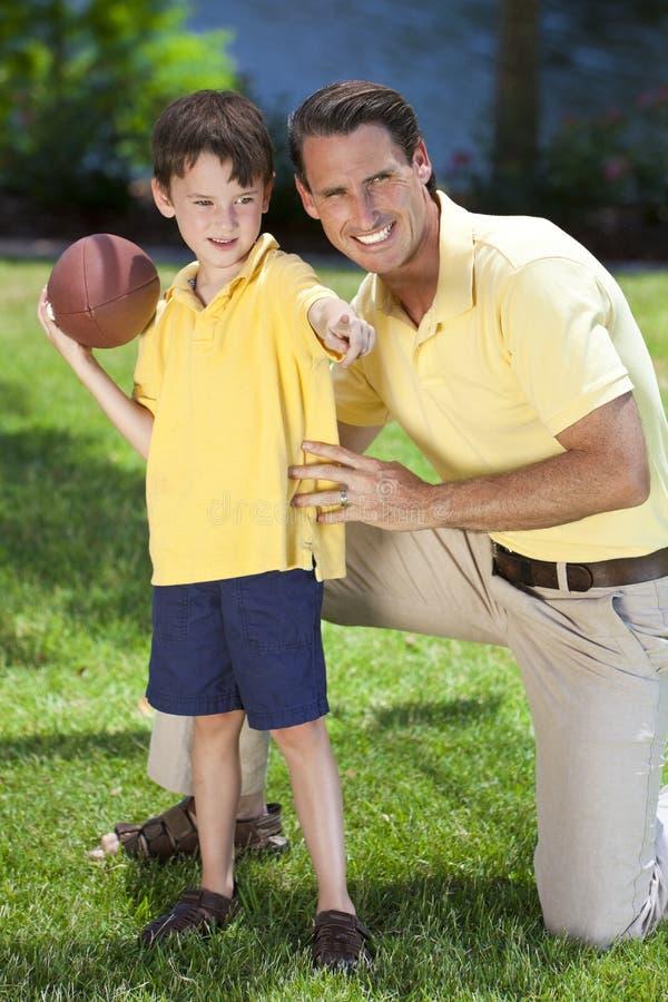 Père enseignant son fils à jouer au football américain images libres de droits