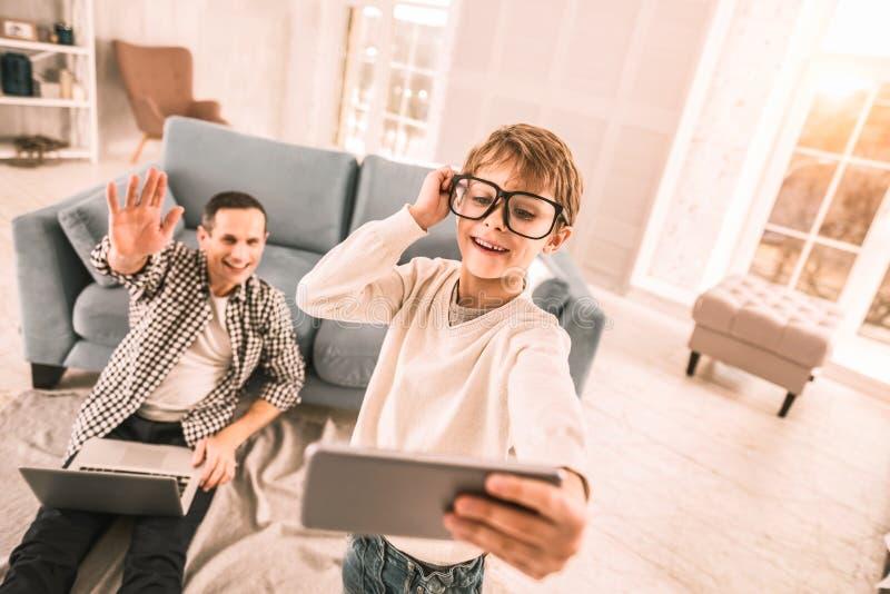 Père enthousiaste et fils jouant autour de la pose pour une image rapide image libre de droits