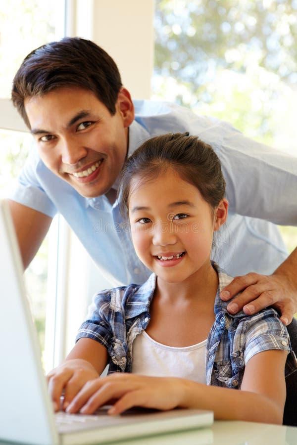 Père et descendant à l'aide de l'ordinateur portatif photos stock