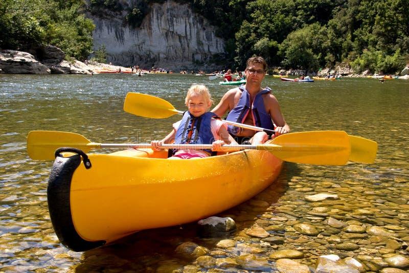 Père et descendant dans le canoë photo libre de droits