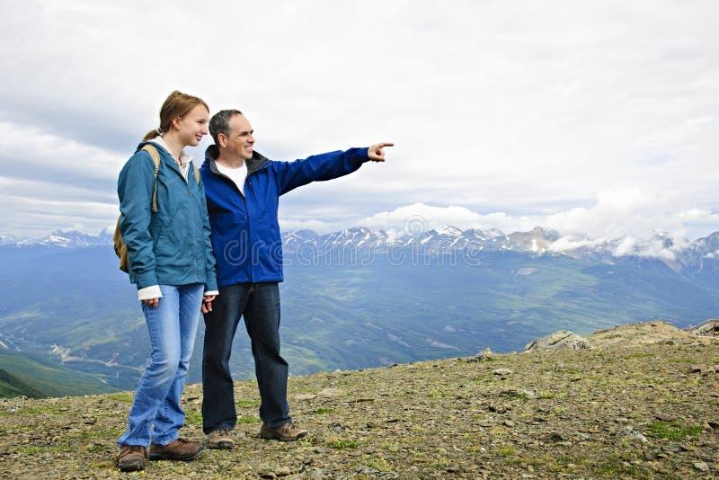 Père et descendant en montagnes photos stock