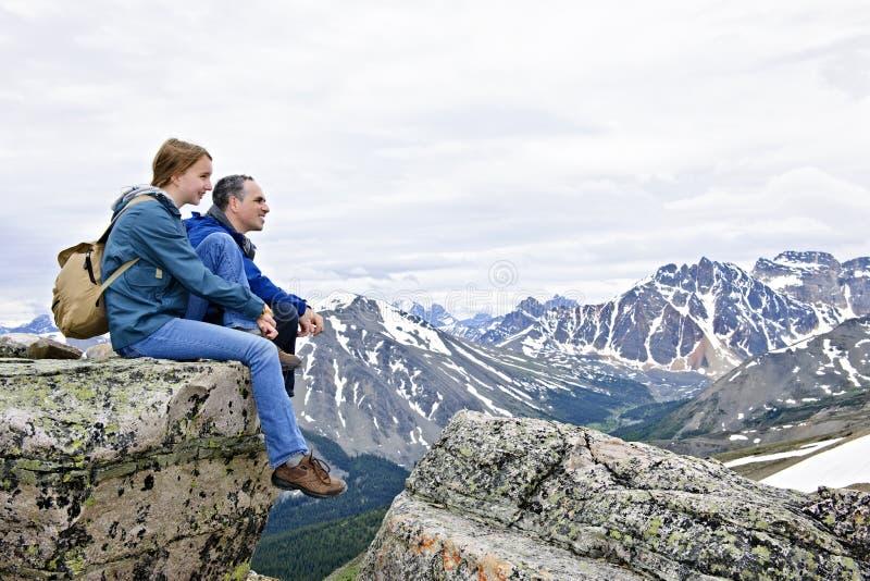 Père et descendant en montagnes photo libre de droits
