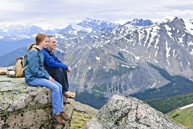 Père et descendant en montagnes photographie stock libre de droits