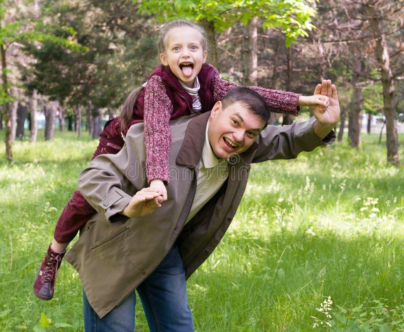 Père et descendant en stationnement photos libres de droits