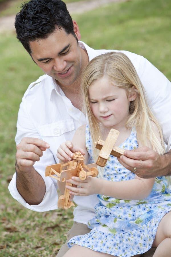 Père et descendant jouant avec des avions de jouet photo libre de droits