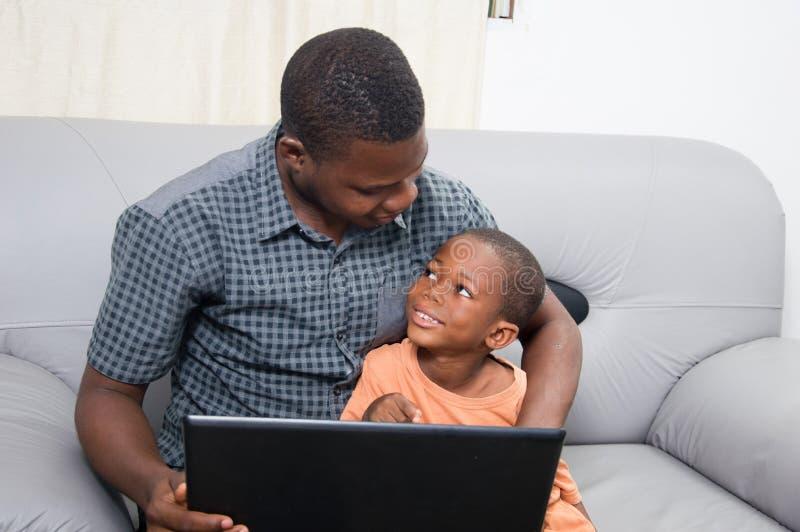 Download Père Et Enfant Avec Un Ordinateur Portable Image stock - Image du benin, enseignez: 56488319