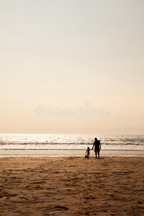 Père et enfant partageant le temps de qualité ensemble photos stock