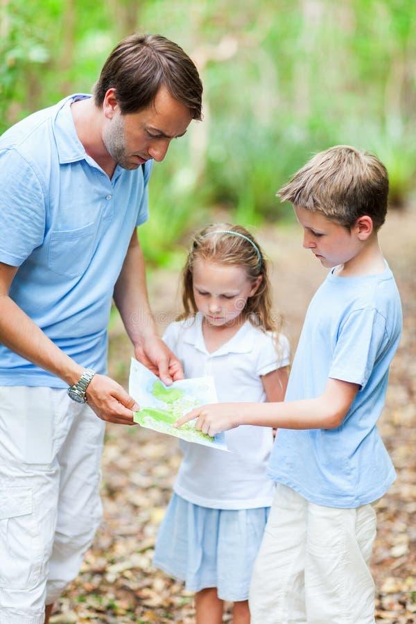 Père et enfants avec la hausse de carte images libres de droits