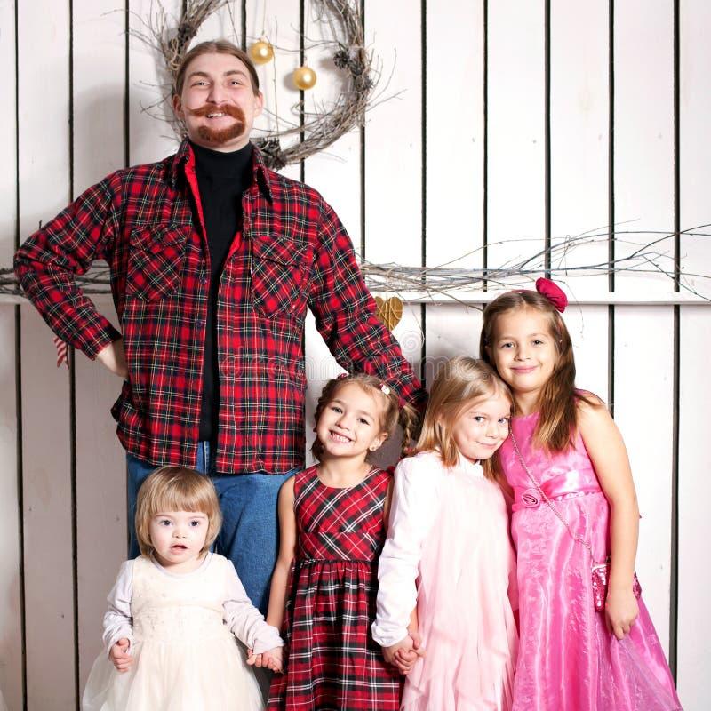 Père et enfants heureux. Grande famille photos libres de droits