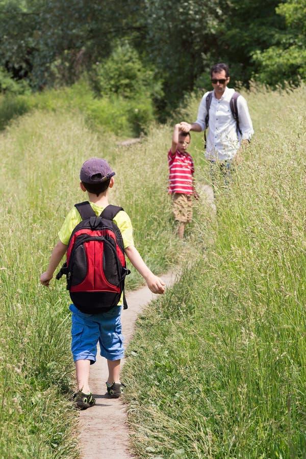 Père et enfants marchant en nature photos libres de droits