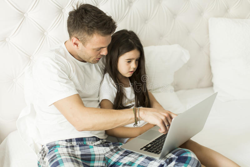 Download Père et fille photo stock. Image du laptop, gosse, papa - 76088916