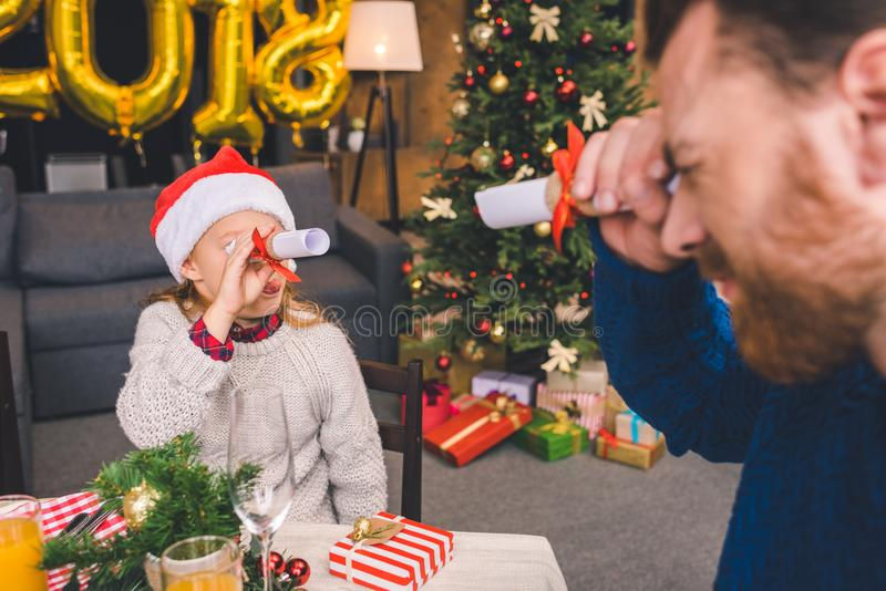 Père et fille ayant l'amusement sur Noël image libre de droits