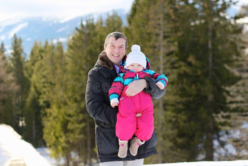 Père et fille en parc d'hiver photos libres de droits