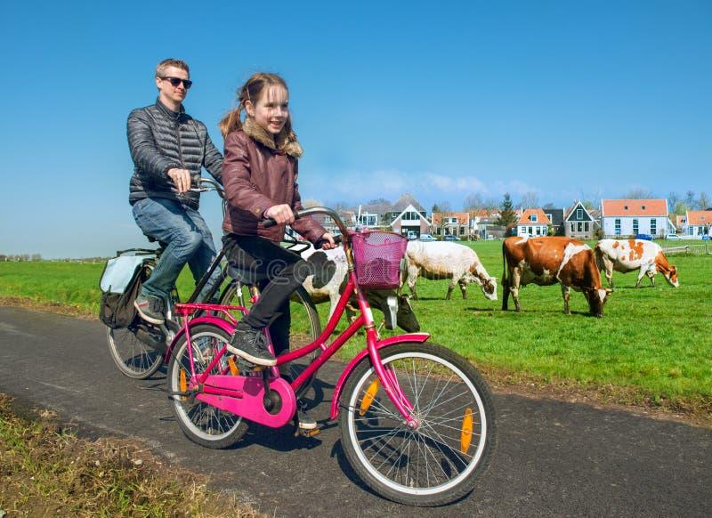 Père et fille faisant un cycle par la campagne photos libres de droits