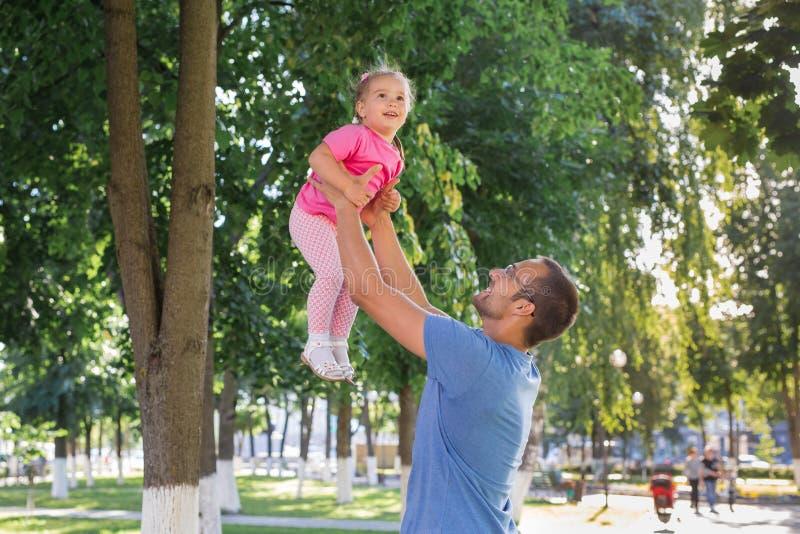 Père et fille jouant dehors en parc photo stock