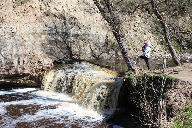 Père et fille marchant près de la rivière de forêt photographie stock