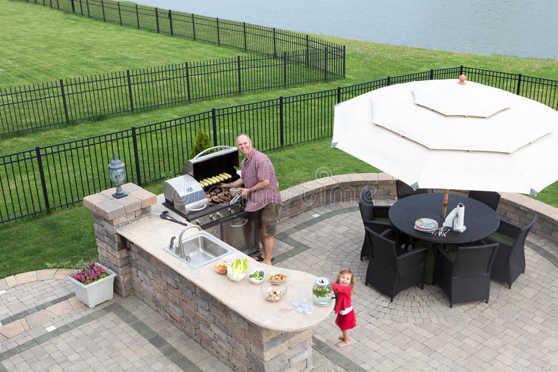Père et fille préparant un barbecue photo stock