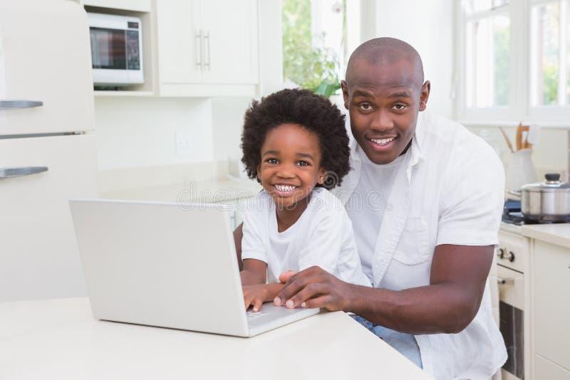 Download Père Et Fils à L'aide De L'ordinateur Portable Sur Le Divan Image stock - Image du mâle, père: 56484283