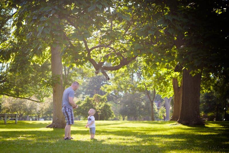 Père et fils à l'extérieur images stock