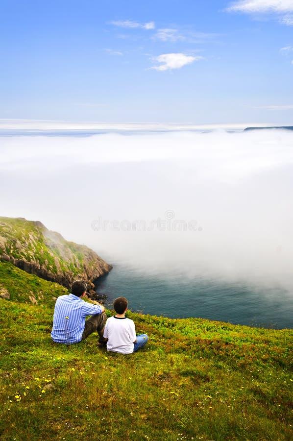 Père et fils à la côte d'océan image libre de droits