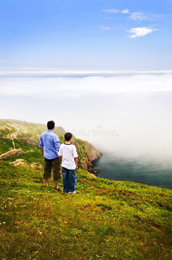 Père et fils à la côte d'océan images libres de droits