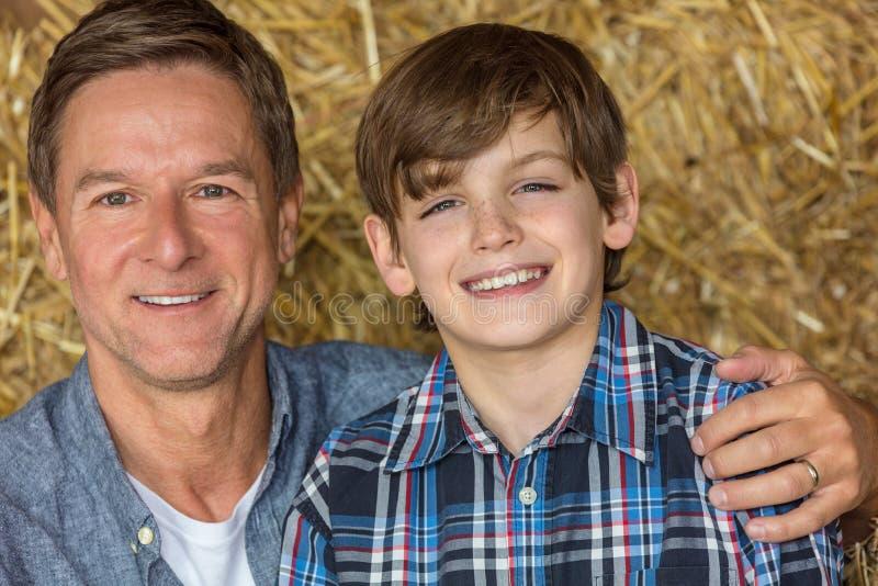 Père et fils âgés par milieu heureux photographie stock libre de droits