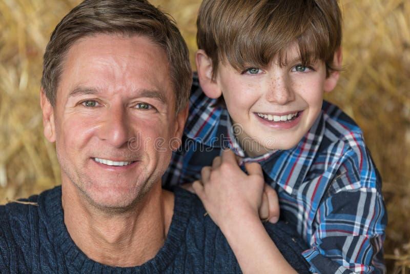 Père et fils âgés par milieu heureux images stock