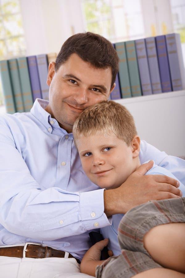 Père et fils étreignant le sourire photographie stock