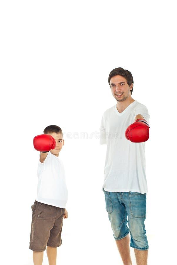 Père et fils affichant des gants de boxe photo stock