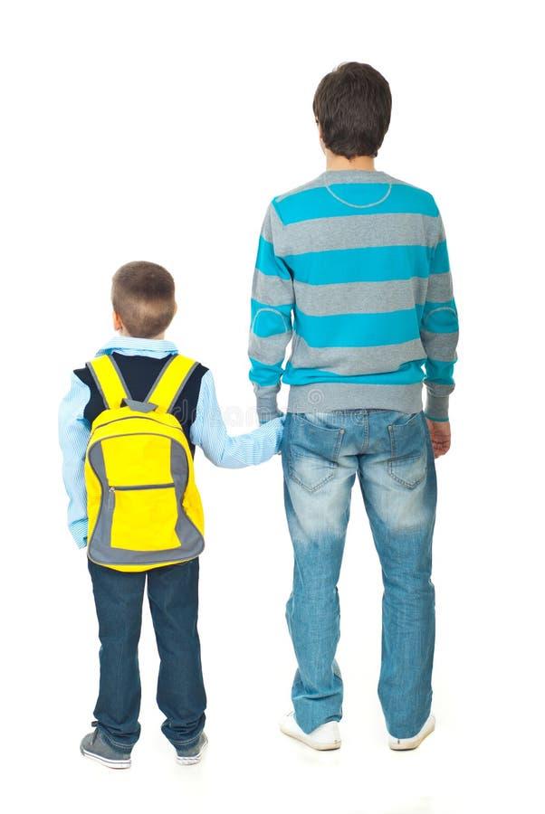 Père et fils allant à l'école images stock