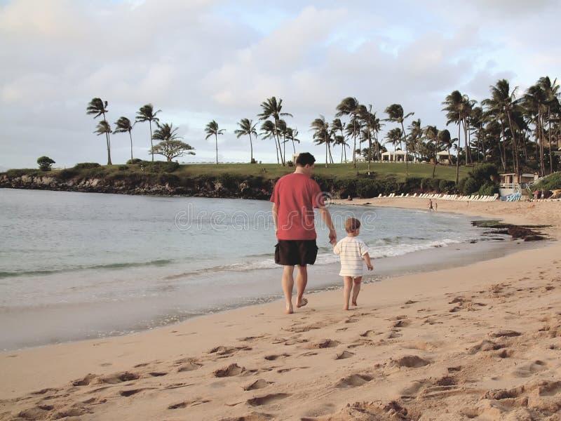 Père et fils au coucher du soleil images stock