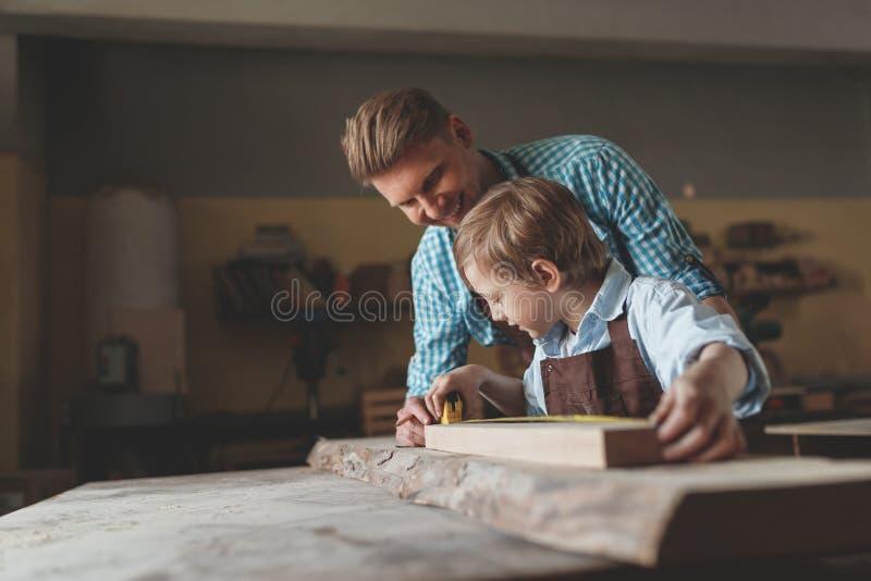 Père et fils au travail images libres de droits